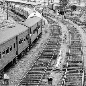 ゴール鉄道駅に入っていく列車