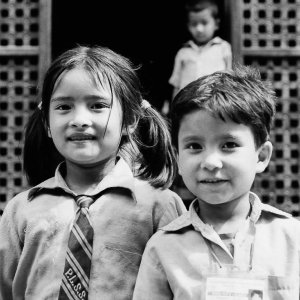 学校の制服を着たふたりの小学生
