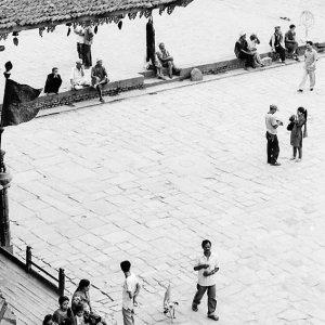 トウマディー広場の人々
