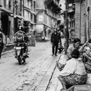 道端で屯する女性たち