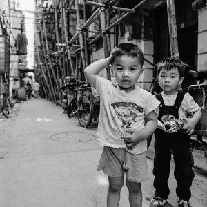路地にいた男の子