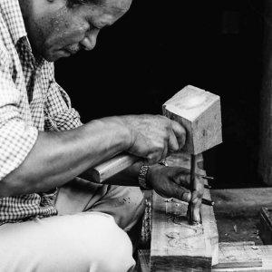 木彫りをする男