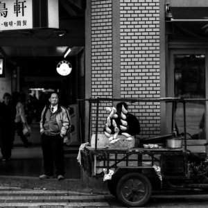 街角に立つ男