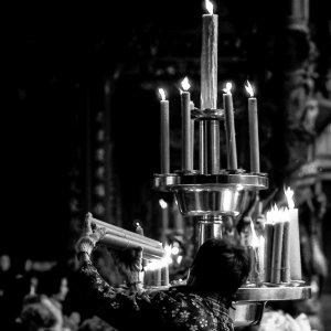 蝋燭に火を付ける女性