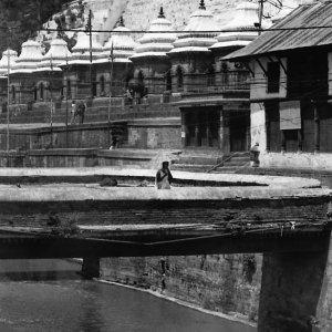 橋の上の人影