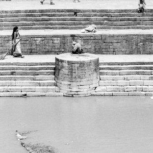 川辺を歩く人々