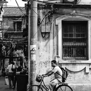 自転車に乗った小太りの男