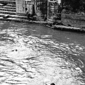 聖なる川で泳ぐ男の子