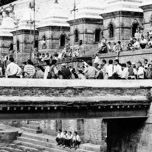 パシュパティナート寺院で川辺に集まった人びと