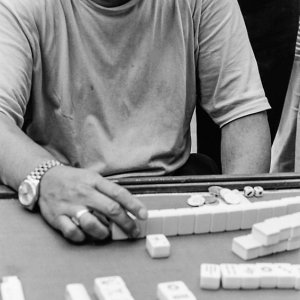 Man playing mahjong by the wayside