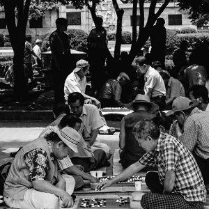 公園の片隅で碁に興じる男たち