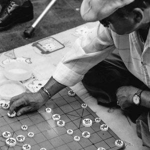 朝鮮将棋を指す年配の男