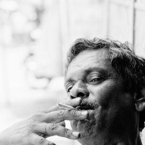 ゆったりと煙草を吹かす男