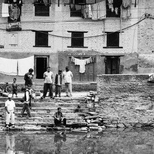 ブンガマティで水面を眺めていた男たち