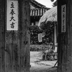 扉に貼られた立春大吉と建陽多慶の札