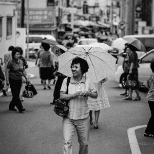 笑顔で歩く女