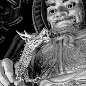 仏国寺にあった龍を手にした像