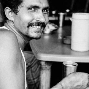 カレーを食べる男