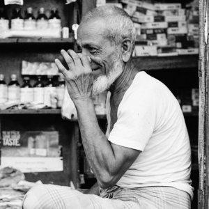 チャを飲む老人
