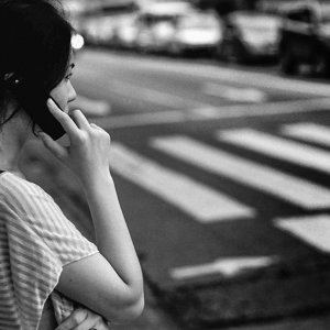 携帯電話で話す若い女