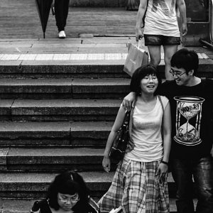 楽しそうに歩くカップル