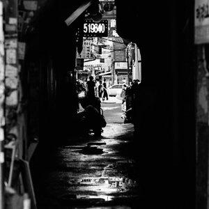 水原の薄暗い通路