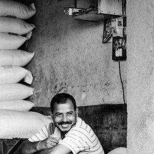 カウンターの中にいた笑顔の男