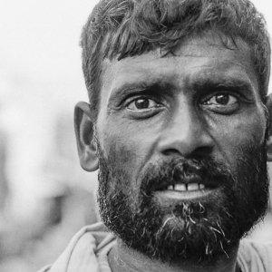 モジャモジャ髭の労働者