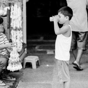 水をがぶ飲みする男の子