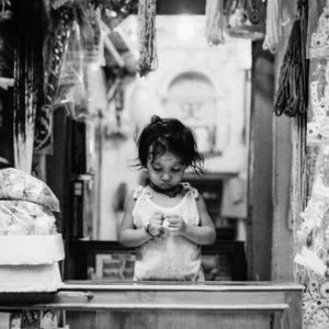 店番の幼い女の子