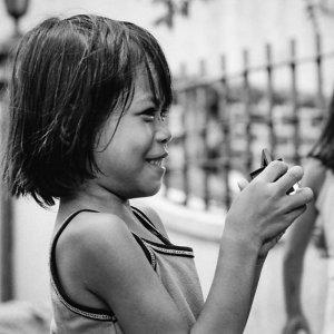 笑う幼い女の子