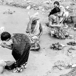 川の水で洗濯する女たち