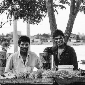 パイナップルを売る男たち