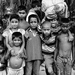 カメラの前に集まった子どもたち
