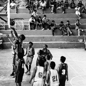バスケットボールをする人びと