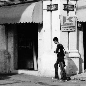 道を渡る若者