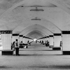 コムラプール駅の長いプラットホーム