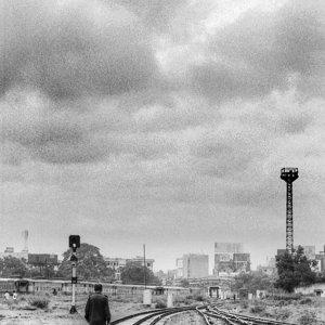 線路の上を歩く男