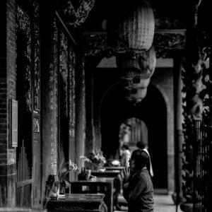 保安宮で祈る女性