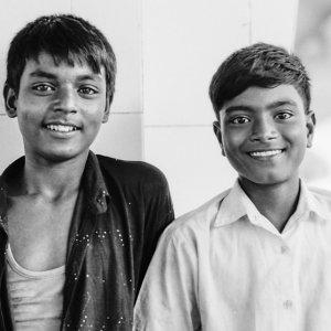 コムラプール駅のプラットホームにいた男の子