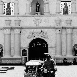 ラワグ大聖堂の前を走るトライショー