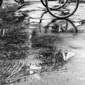 濡れた路面のサイクルリクシャー
