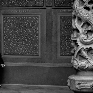 清水厳祖師廟で柱の横に立つ男の子