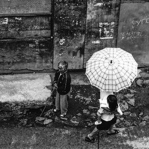 男の脇を通り過ぎる傘