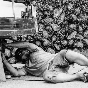 自動車を修理する男