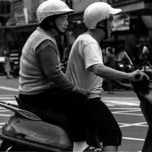 バイクに二人乗りした老夫婦
