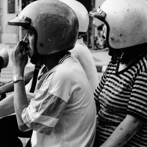 バイクの上のふたつのヘルメット
