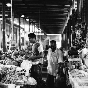 市場で買い物する青年