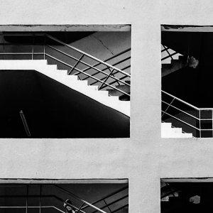 非常階段を登る人影