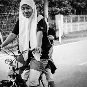 自転車のペダルを漕ぐ女の子